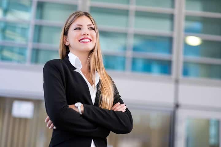 Employée souriante fidèle à son entreprise grâce à la mesure de son bien-être