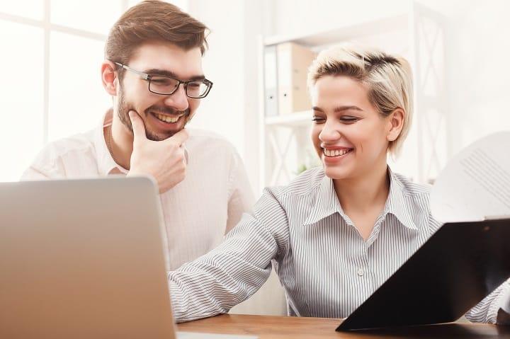 Deux jeunes employés heureux grâce à leurs avantages salariaux