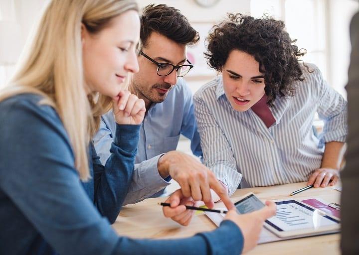 Employés consultent leurs avantages salariaux dans leur espace personnel VIREO