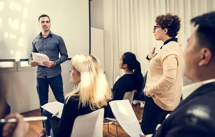 Employés travaillant ensemble sur leur didacticiel d'entreprise